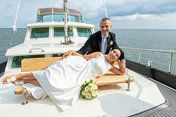 Verliebtes Hochzeitspaar auf dem Selliner See – Heiraten mit dem Hochzeitsschiff Darie im Ostseebad Sellin auf Rügen