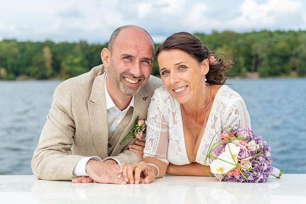 Verheiratetes Paar nach der Trauung auf See mit dem Hochzeitsschiff Darie im Ostseebad Sellin auf Rügen